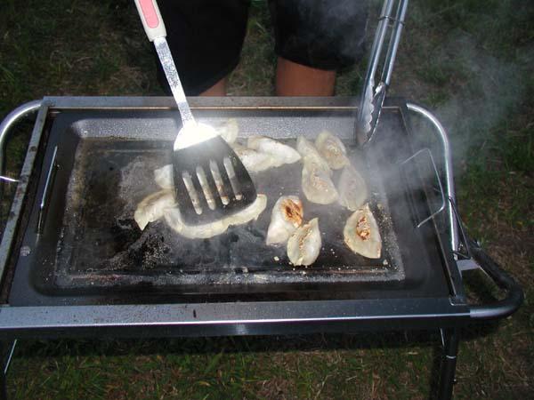 キャンプで餃子